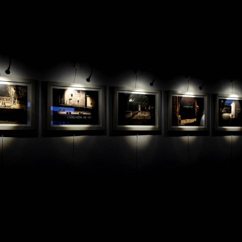 Bojan Koštić - Optimizam volje (iz serije Jedna iskra je dovoljna); 2020. Intervencija u javnom prostoru; cca. 200 x 20 cm grafit - fotoluminiscentna boja