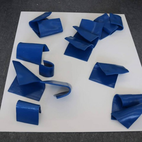 Plava kompozicija, keramika i akril, 40cm x 100cm x 100cm, 2018
